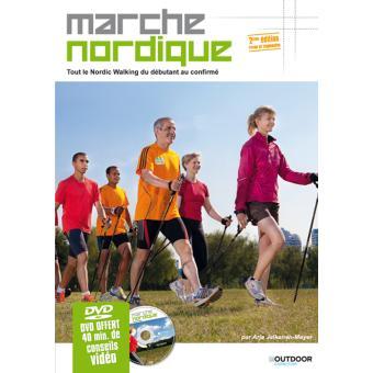 """Couverture du livre """"La Marche Nordique"""" par Arja Jalkanen-Meyer. Groupe de marcheurs nordique sur pelouse, à proximité d'une ville"""