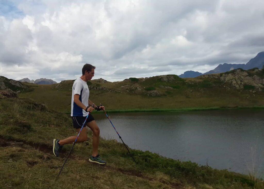 Technique de descente en marche nordique en pente raide